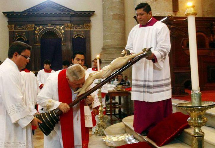 El Arzobispo presidió el rito de la Veneración de la Cruz. (Christian Ayala/SIPSE)