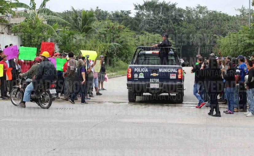 """Cuando llegaron elementos de Seguridad Pública, los """"paracaidistas"""" ya habían salido del predio. (Adrián Barreto/SIPSE)"""