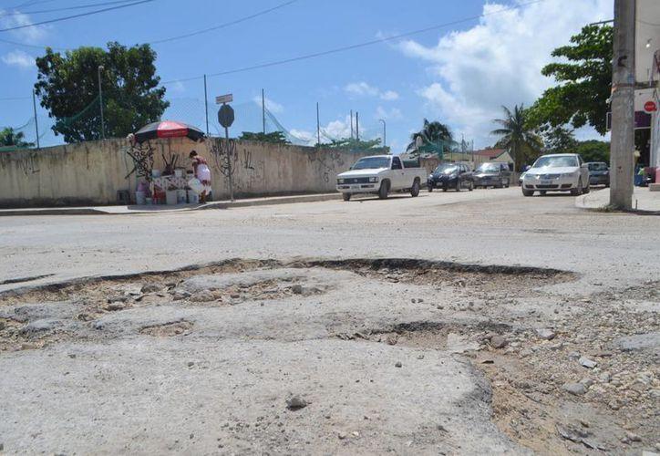 En varias calles se observa el pavimento en estado de deterioro grave, además que otras muchas calles más que nunca han sido pavimentadas. (Rossy López/SIPSE)