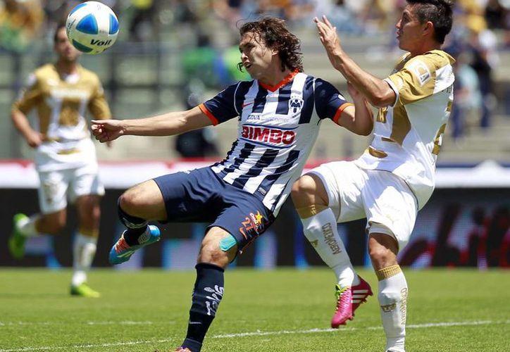 Omar Arellano (i) del Monterrey y Darío Verón de Pumas anotaron los goles que le dieron el triunfo al equipo regio. (Notimex)