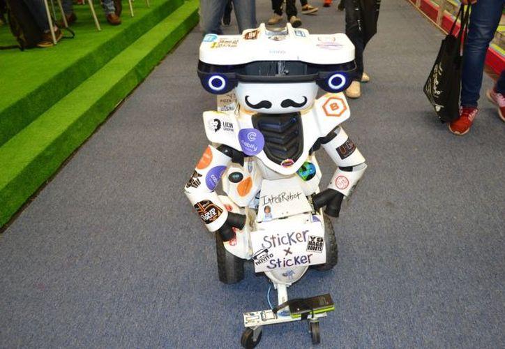 Algunos ingenieros que desarrollaron este robot se encuentran en Campus Party en busca de personas que los ayuden a llevarlo a otras partes del país. (Foto: Notimex)