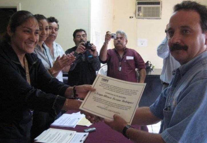Sergio Lozano Rodríguez fue detenido la mañana de este jueves, mientras se encontraba en su casa. En la foto, el ex alcalde durante una entrega de reconocimientos en Coahuila.(Foto tomada de Vanguardia.com.mx)