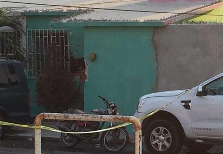 Imagen de un inmueble alcanzado por proyectiles durante el enfrentamiento entre grupo armado y fuerzas de seguridad, en el fraccionamiento Villarica del puerto de Veracruz. (Foto: Twitter: VigilantesV vía www.exclesior.com)