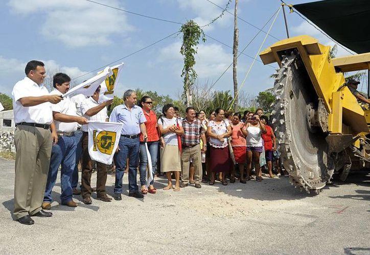 El Gobernador Zapata Bello  y funcionarios dieron el banderazo inicial a las obras. (SIPSE)