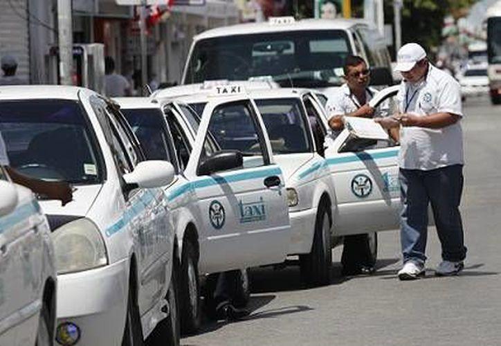 Mil operadores de taxis del Sindicato Único de Taxistas Lázaro de Cárdenas del Río recibirán capacitación para mejorar la calidad de sus servicios.  (Internet)