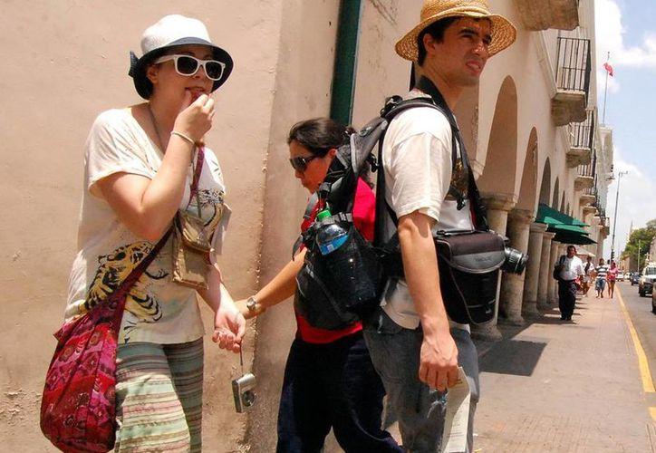 La Embajada de EU recomienda a los turistas norteamericanos a registrarse en el Programa de Viajero Inteligente (STEP) para recibir mensajes de seguridad, en caso de alguna emergencia. Imagen de contexto de una pareja de extranjeros en el centro de Mérida. (Milenio Novedades)