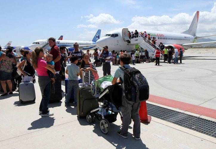 El 9 de octubre quedarán restablecidas en un 100 por ciento las operaciones del aeropuerto de Los Cabos. En la imagen, turistas varados por el paso del huracán Odile en BCS. (Archivo/SIPSE)