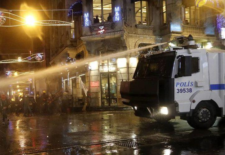 Varios manifestantes se enfrentan a la policía durante una protesta antigubernamental en Estambul, Turquía. (EFE/Archivo)