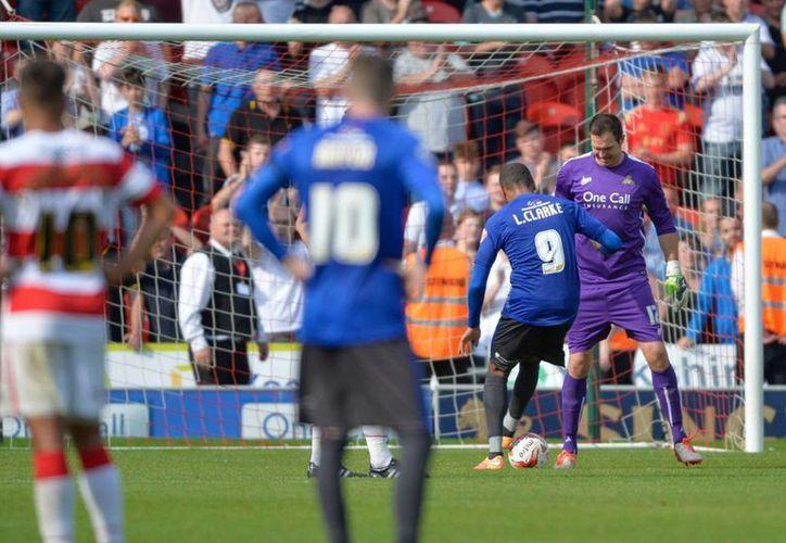 Sin ningún impedimento, Leon Clarke anotó el tanto del empate para el Bury, después que el Doncaster se fuera al frente en una curiosa acción. (mirror.co.uk)