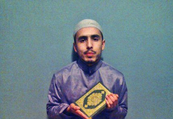 Iván González se convirtió al Islam hace tres años, luego de una búsqueda espiritual que duró 10 años. En la foto sostenie un Corán. (Tomada de Facebook)
