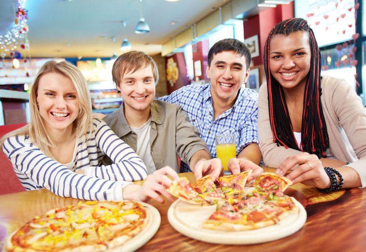 Al ser más largas las comidas en grupo, se ingiere más. (Internet)