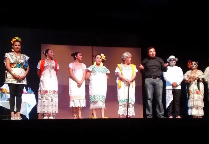 El director y los actores agradecieron la asistencia del público. La obra cuenta la historia de una joven llamada Chelita, que perdió a su madre. (Milenio Novedades)