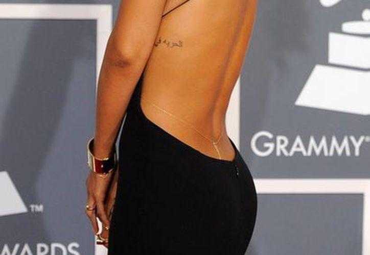 El provocativo atuendo que lució Rihanna en la ceremonia del Grammy 2012. (Agencias)