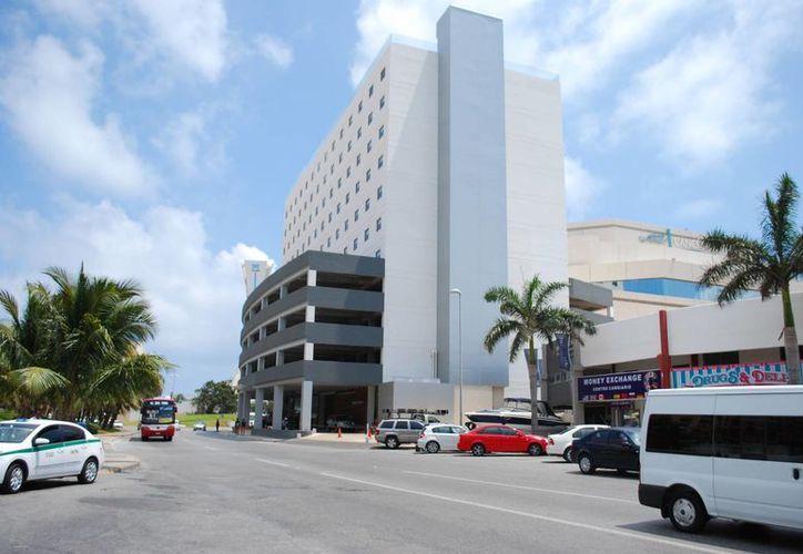 El hotel está ubicado a un costado del Cancún Center, por lo que se enfocará en el turismo de congresos y convenciones. (Tomás Álvarez/SIPSE)