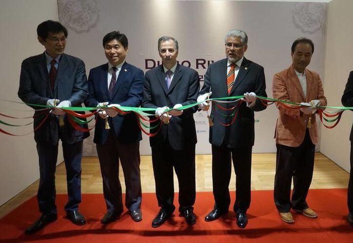El secretario de Relaciones Exteriores de México, José Antonio Meade (tercero desde la izquierda), durante la inauguración de una exposición de Diego Rivera en Corea del Sur. (Notimex)