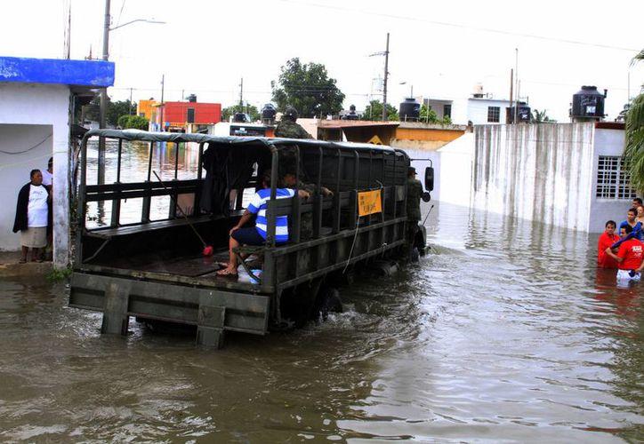 Autoridades del Fonden supervisaron  la adecuada aplicación de los recursos luego de las lluvias. (Ángel Castilla/SIPSE)
