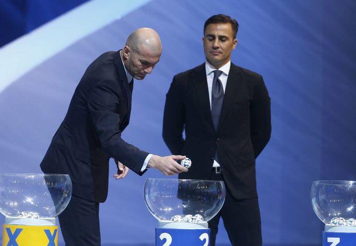 Zinedine Zidane (i), quien llevó a Francia a ganar el primer Mundial de su historia en 1998, participó en el sorteo mundialista para Brasil 2014. (Agencias)