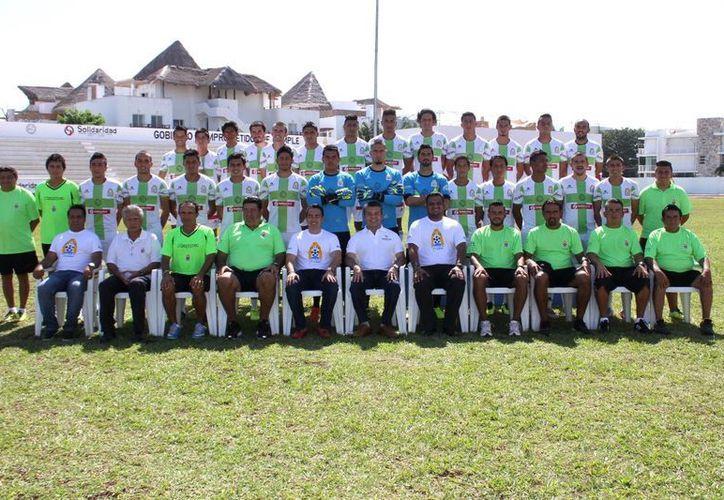 Ayer los 26 integrantes del Inter Playa del Carmen posaron para la foto institucional del torneo Apertura 2014 de la Liga Premier de la Segunda División Profesional.  (Rafael Acevedo/SIPSE)