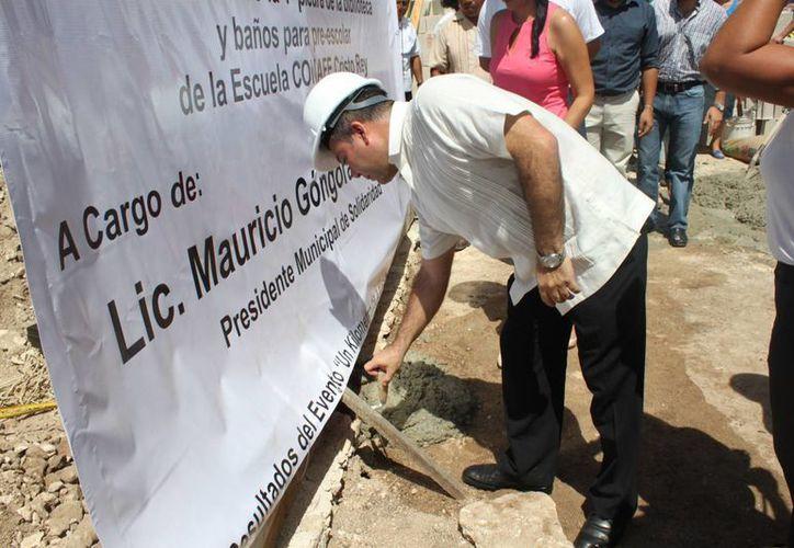 Mauricio Góngora Escalante colocó la primera piedra para la construcción de una biblioteca. (Loana Segovia/SIPSE)