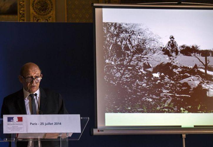 El ministro francés de Defensa, Jean-Yves Le Drian, en un momento de la rueda de prensa que ofreció ayer en París sobre el accidente aéreo del vuelo de la compañía Air Algérie. (EFE)
