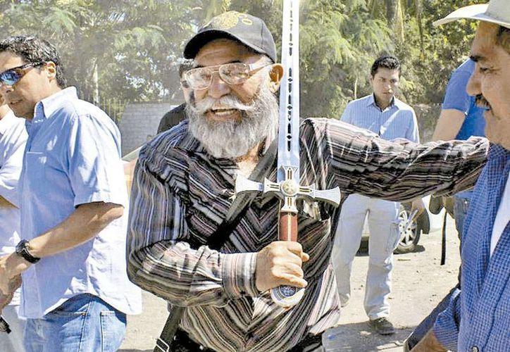 El líder de las autodefensas Estanislao Beltrán muestra espada con una cruz que confiscaron a Los Caballeros Templarios. (Milenio)