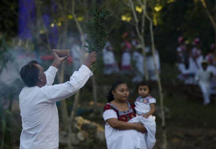 Los mayas acostumbran pedir permiso a los 'dueños' de la tierra. (SIPSE/Archivo)