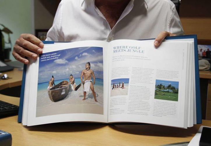 Algunos reportajes del destino aparecen en el libro conmemorativo. (Renán Moguel/SIPSE)