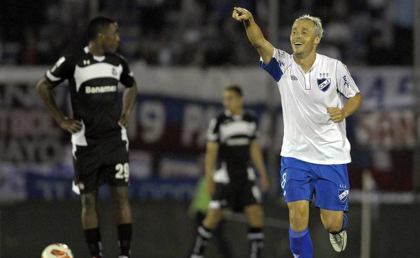 Israel Damonte, del Nacional de Uruguay, celebra su anotación en el partido ante el Toluca. (Agencias)