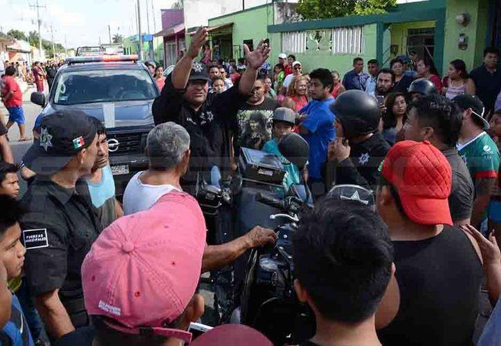 Gran alboroto se armó cuando un policía en moto arrolló a un infante en calles de Kanasín. (SIPSE)