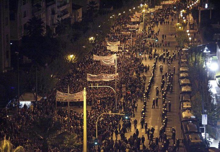Los griegos conmemoraron el aniversario del levantamiento estudiantil de 1973, en el centro de Atenas. (EFE)