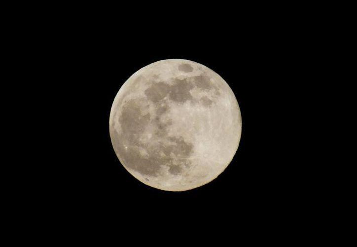 La semana pasada pudo observarse en el cielo la llamada 'Luna azul', que en realidad no se ve de ese color, salvo en algunas circunstancias específicas. (AP)