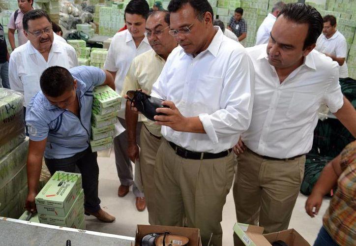 El Gobernador supervisó en días pasados la integración de paquetes escolares que se repartirán en las escuelas de Yucatán. (Milenio Novedades)