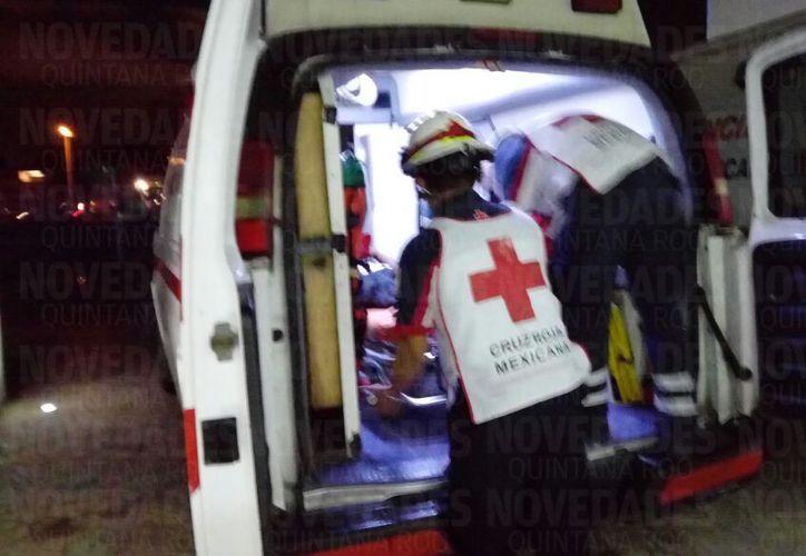 Paramédicos de la Cruz Roja trasladaron a las afectadas al hospital. (Foto: Erick Galindo/SIPSE)