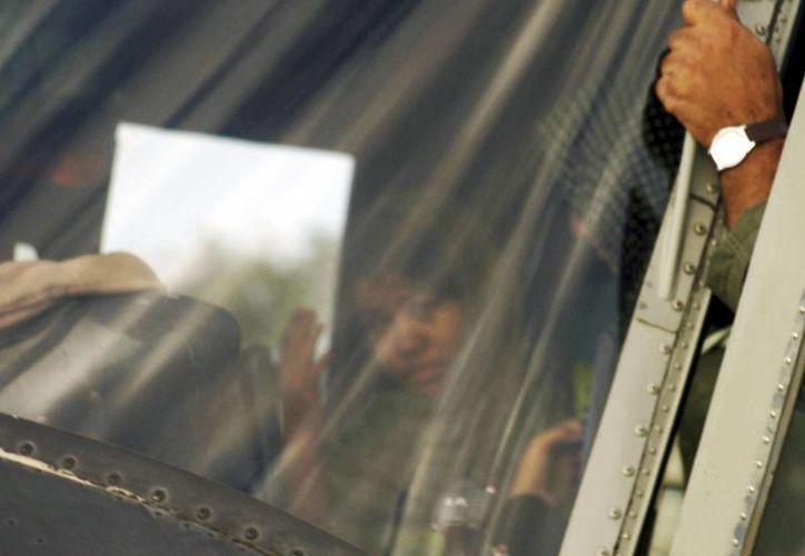 La niña cristiana Rimsha Masih (c) dentro de un helicóptero de la Fuerza Aérea de Pakistán en Rawalpindi, Pakistán, el 8 de septiembre de 2012. (EFE/Archivo)