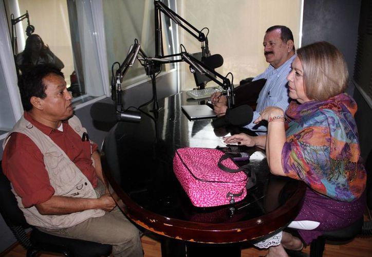 El artista José Luis Loría Méndez platicó con los conductores del programa.