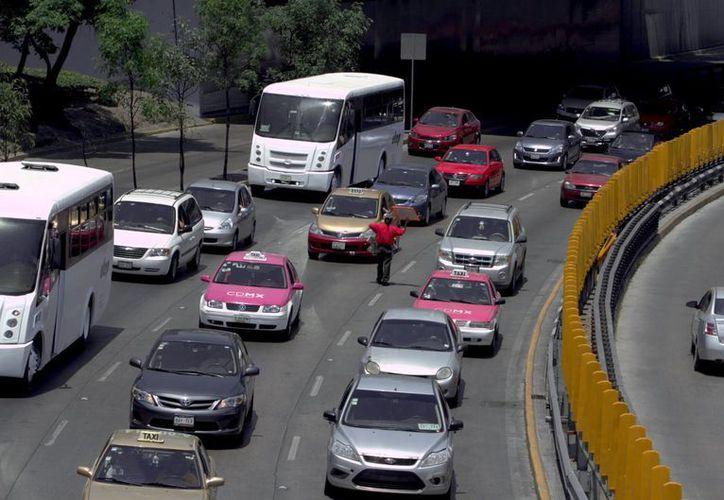 Este miércoles no circulan en la CdMX vehículos con engomados rojo y azul, así como aquellos automotores y motocicletas con terminación de placa 3, 4, 9 o 0. (Notimex)