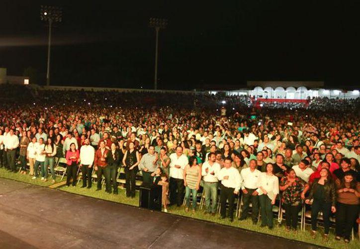 La población disfrutó el segundo recital musical del cantante dominicano, quien cerró los espectáculos que antecedieron durante los 12 días del festival donde no se promovió el alcohol. (Jorge Carrillo/SIPSE)