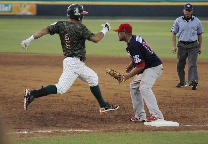 El león Luis Arredondo llega a primera base. (Milenio Novedades)