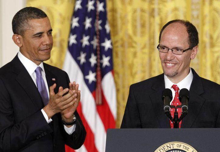 Obama con Thomas Pérez (d), abogado egresado de la Facultad de Derecho de la Universidad de Harvard. (Agencias)