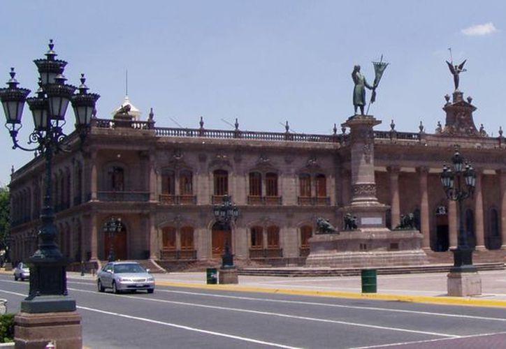 Destacan que el estado de Nuevo León es el más endeudado con 58 mil 300 millones de pesos; le sigue Chihuahua, con 41 mil 771 millones. Imagen del Palacio de Gobierno de Nuevo León. (wikimedia.org)