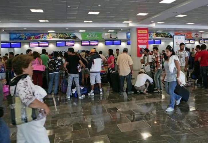 Un menor de edad fue asegurado tras verle caminar solo en el Aeropuerto de Cancún. (Archivo/SIPSE)