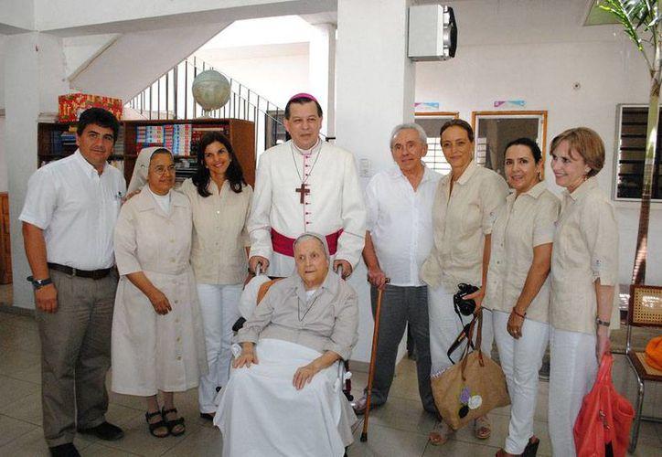 El Arzobispo de Yucatán, Gustavo Rodríguez Vega, durante una visita al albergue San Vicente de Paul. (Milenio Novedades)