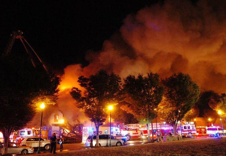 Imagen del incendio de un edificio en llamas en Kansas City. Dos bomberos que rescataban a dos residentes del edificio murieron cuando una pared les cayó encima. (Keith Myers/The Kansas City Star via AP)