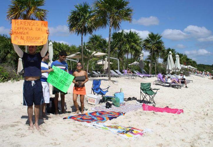Activistas protestaron en las playas del hotel Paradisus para exigir que resarza el daño ecológico que causó. (Octavio Martínez/SIPSE)