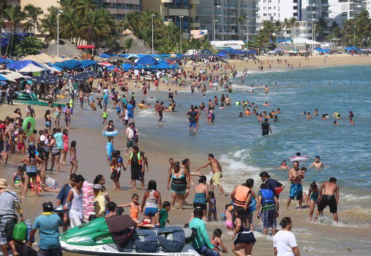 El nivel de contaminantes de playa Papagayo, se encuentra en 198 de 200 que es el límite antes de que se determine que el agua de ese lugar no es apta para sumergirse. (El Sur de Acapulco)