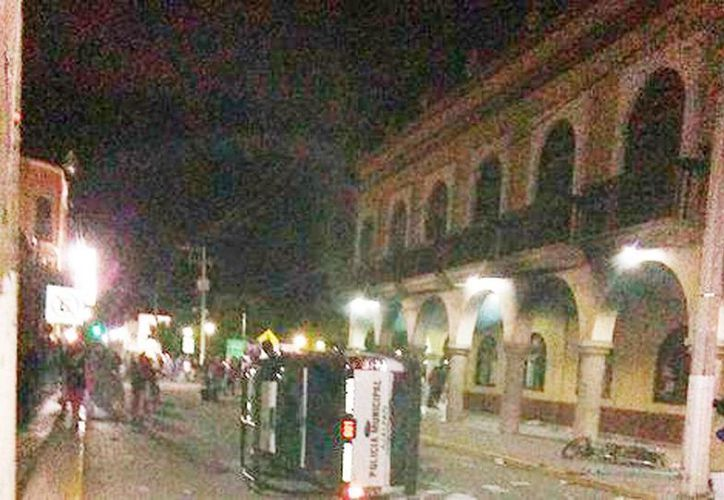 La turba también prendió fuego a patrullas y a la Presidencia Municipal en Ajalpan. (Andrés Lobato/Milenio)
