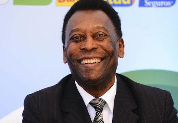 Pelé,  hace tres años, fue operado para la inserción de una prótesis en el fémur de la pierna derecha. El ex astro brasileño se recupera en Nueva York. (AP)