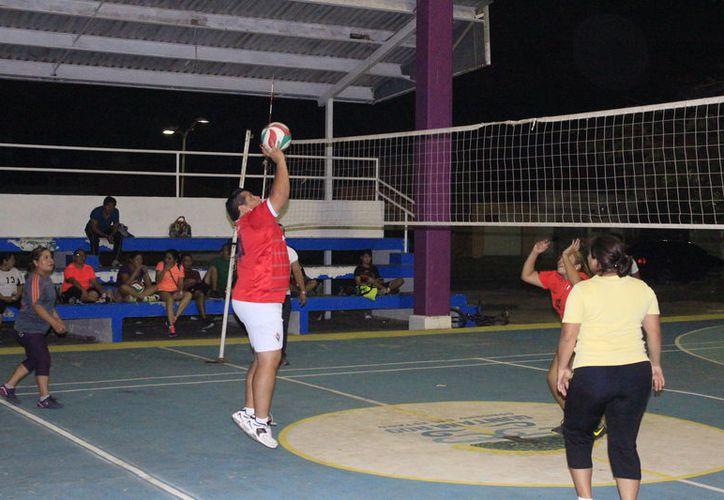El domo del parque Aarón Merino vibró con las actividades de esta liga donde participan equipos de diferentes colonias. (Miguel Maldonado/SIPSE)