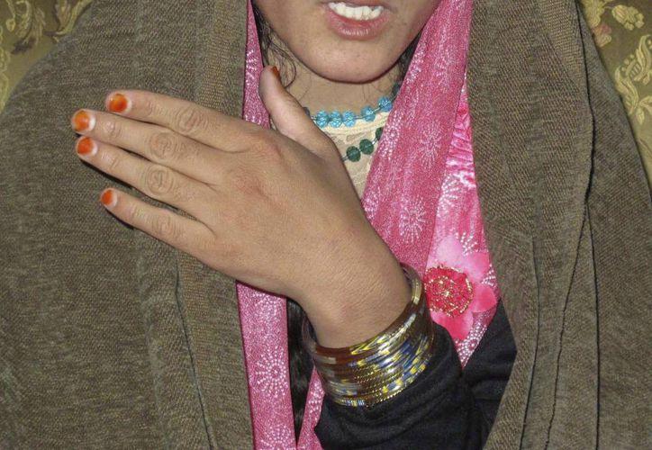 La adolescente afgana identificada como Zarmina, durante una rueda de prensa celebrada en Helmand, Afganistán. (EFE)