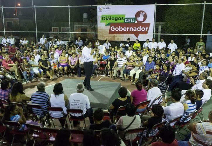 En la colonia Salvador Alvarado Sur, Rolando Zapata escuchó las demandas de los vecinos. (Milenio Novedades)